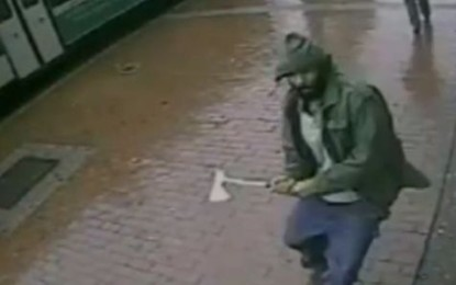 Hatchet-Wielding Man Charge at NYPD Officers – Video
