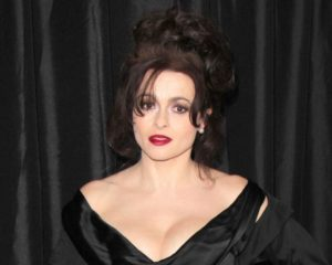 Helena Bonham Carter hired a psychic to contact the late Princess Margaret before playing her in 'The Crown'.